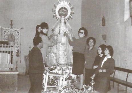 Vistiendo a la Virgen Scan.jpg