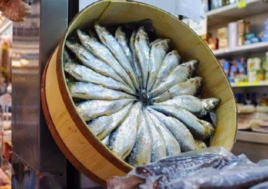 Resultado de imagen de Cubas de sardinas saladas